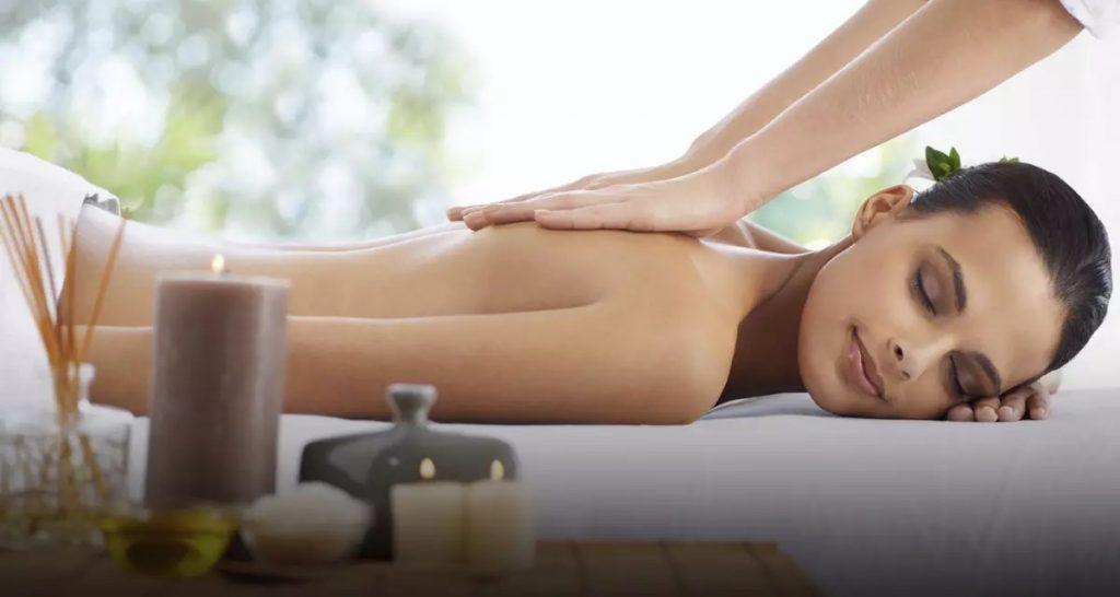 Masaje corporal a mujer acostada